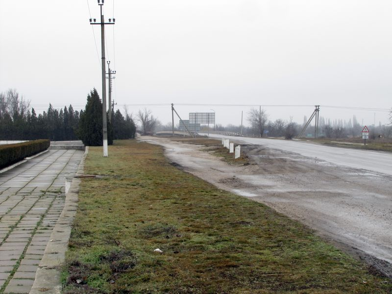Мост через северо-крымский канал и трасса в направлении Каховки