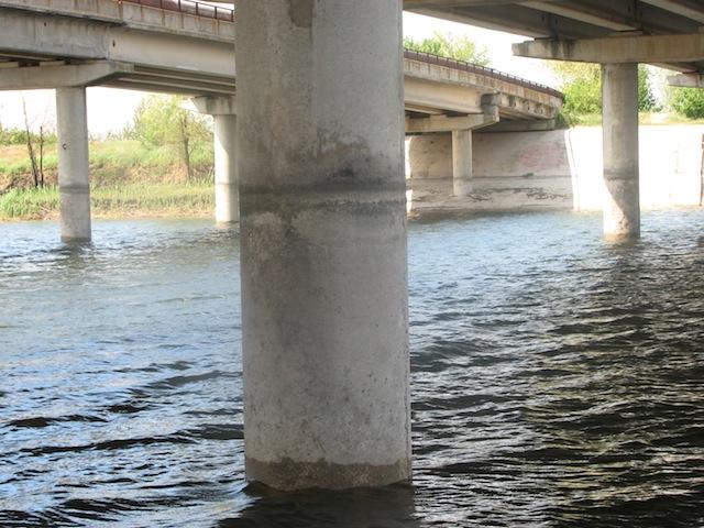 Уровень воды СКК на опорной колоне моста