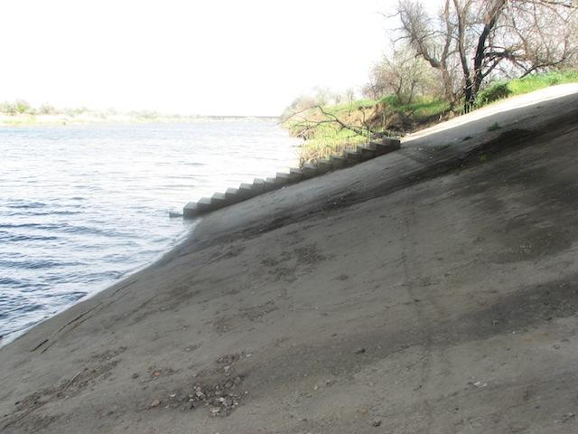 Плиты берега Северо-Крымского канала под автомостом