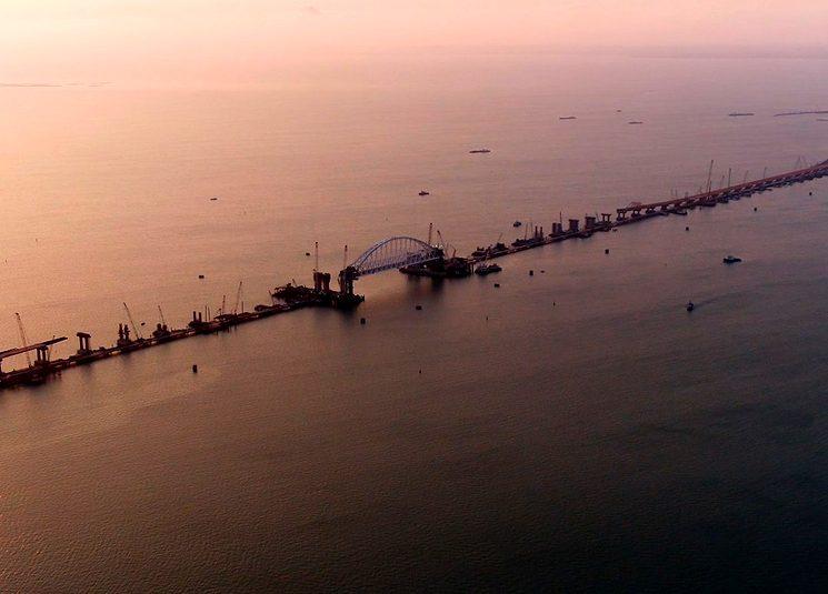 Монтаж железнодорожной арки крымского моста