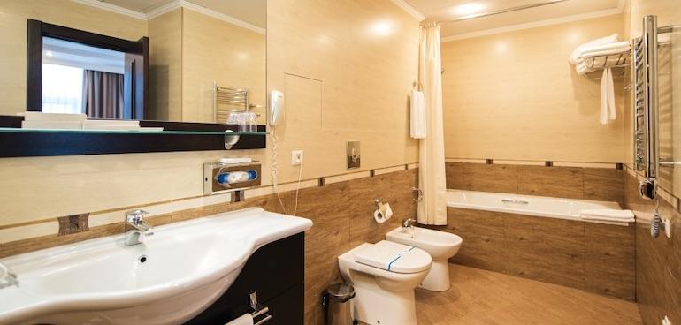 Санузел двухкомнатного люкса отеля Аквамарин