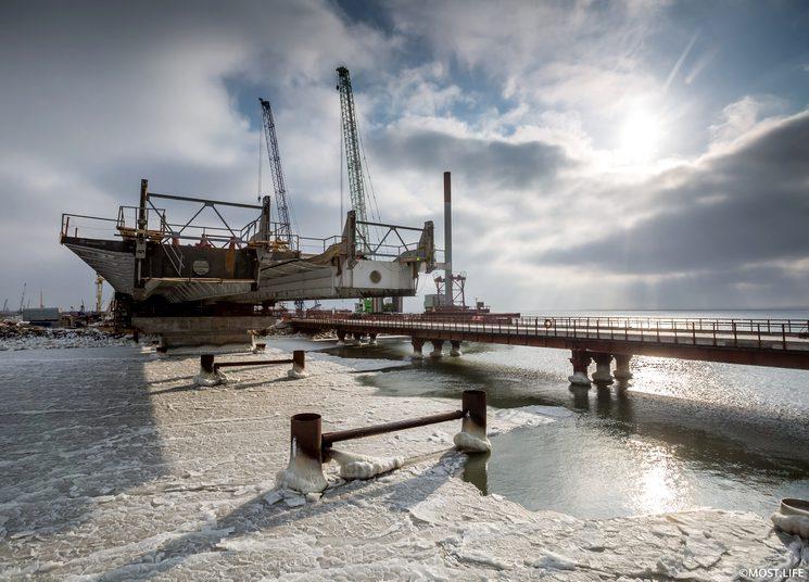Льды Азовского моря и керченский мост