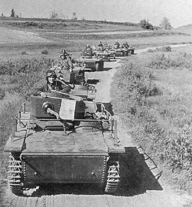 Колонна малых танков Т-37 на марше
