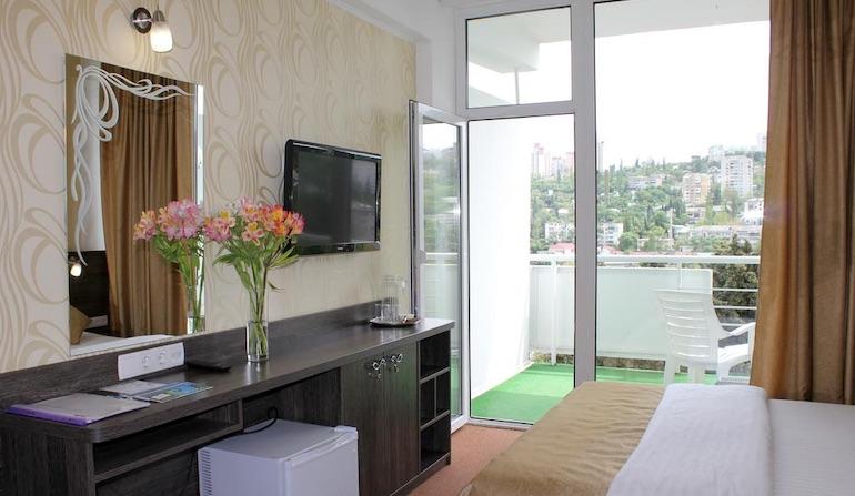 Семейный номер в отеле Ялта Круглый Год - 2 односпальные кровати и 1 диван-кровать