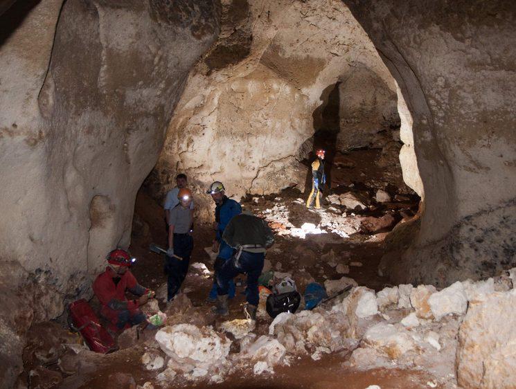 Спелеологи исследуют карстовую пещеру в Крыму