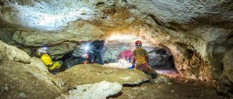 Спелеологи осматривают карстовую пещеру в Крыму
