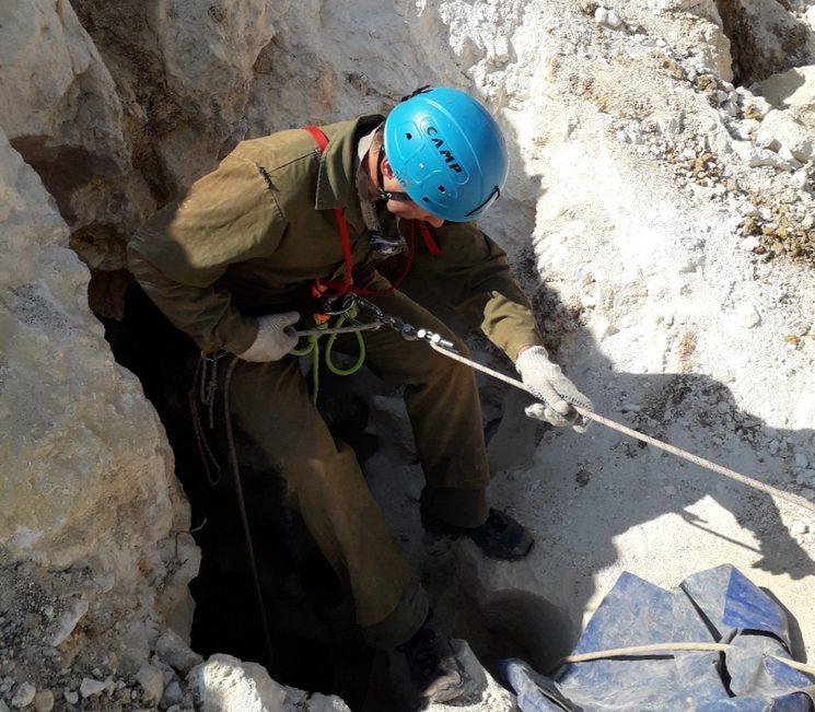 Спуск в карстовую пещеру в Крыму