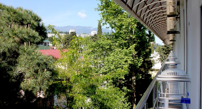 Вид из окна трехместного номера в отеле Ялта Круглый Год