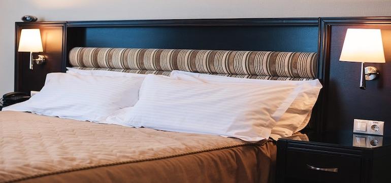 Большая кровать улучшенного номера гостиницы Aquamarine Resort & SPA