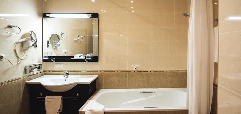 Санузел улучшенного стандартного номера гостиницы Аквамарин