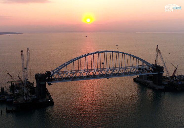 Установка жд арки моста в Крым
