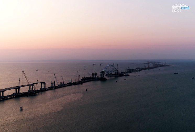 Железнодорожная арка моста в Крым